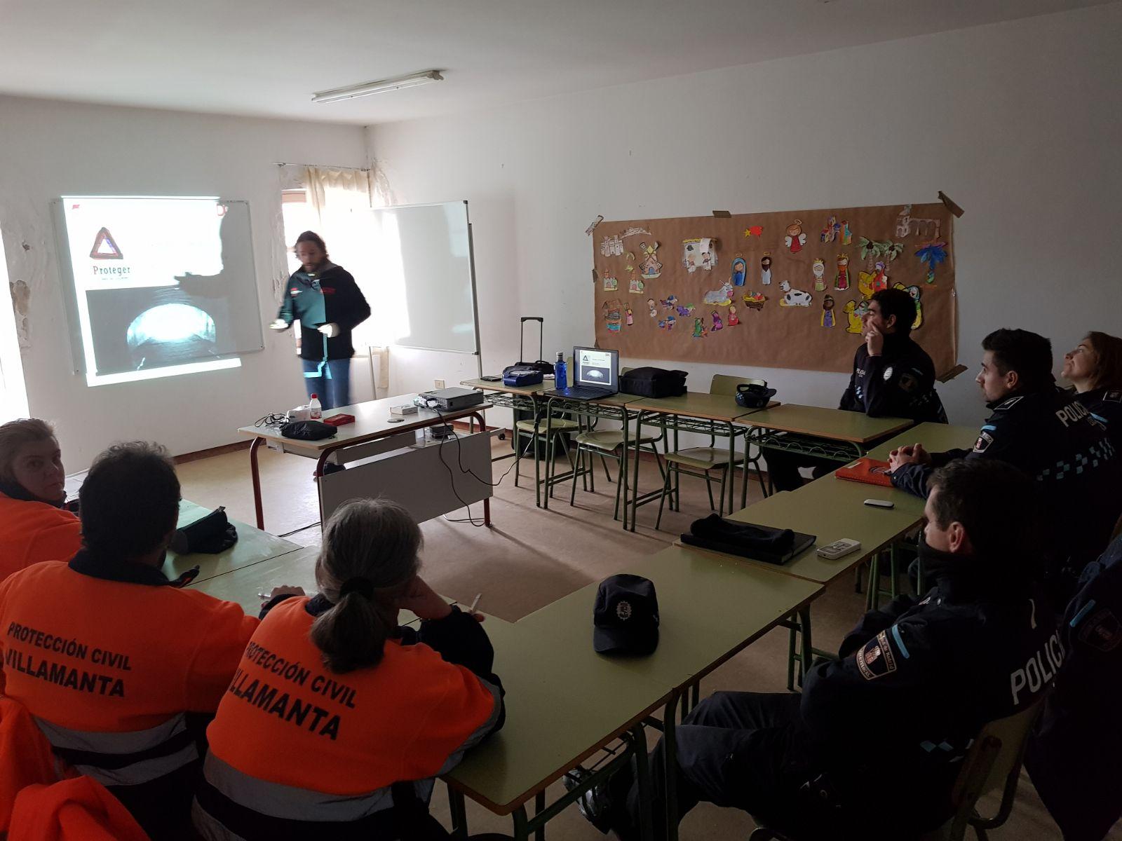 Imagen del curso de utilización del defibrilador a policía y protección civil