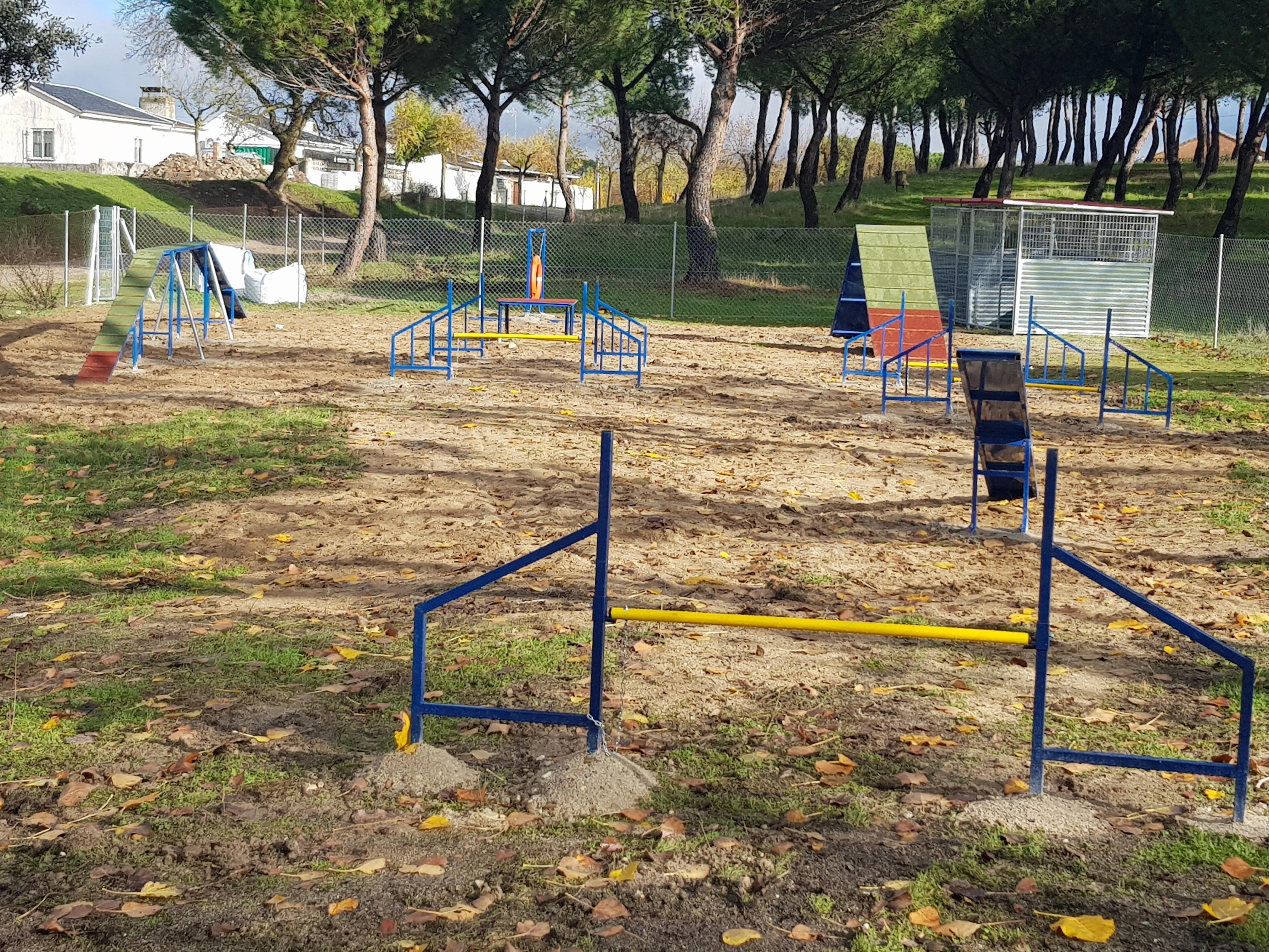 Foto del parque canino donde se aprecian las rampas, vallas y perrera del mismo