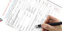 Imagen de una mano rellenando un formulario